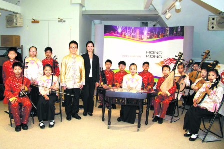 2011年5月3日明報:梁省德學校中樂團訪多