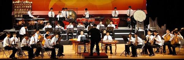 2012年1月25日明報: 喇沙書院中樂團多市獻藝「紫荊管弦楓飄揚」音樂會周六開鑼